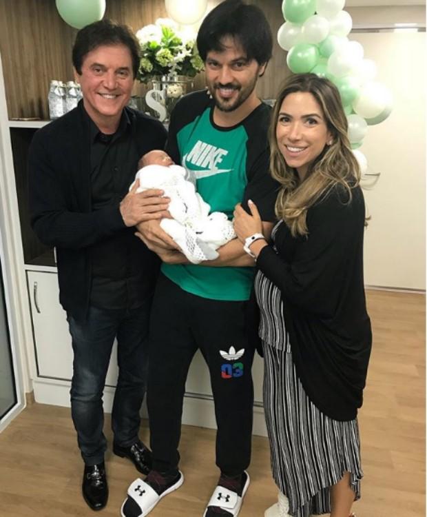 Robinson Faria, pai de Fábio, posa com o netinho (Foto: Reprodução Instagram)