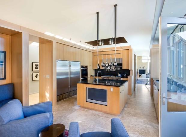 As janelas trazem iluminção natural à cozinha (Foto: Toptenrealstate/ Reprodução)