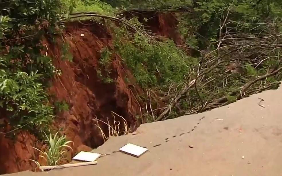 Moradores reclamam de erosão gigante no Recanto das Emboabas em Aparecida de Goiânia (Foto: Reprodução/TV Anhanguera)