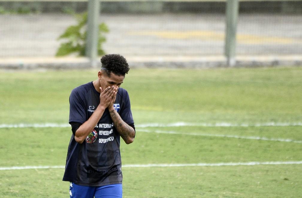Jogador do Atlético Mogi lamenta durante a partida contra o Manthiqueira — Foto: Marcos Ribolli