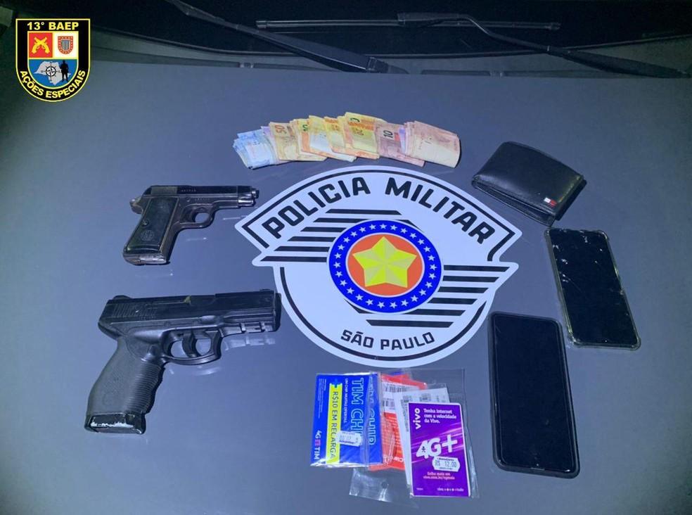 Homens que assaltaram farmácia no bairro Mary Dota em Bauru estavam armados e roubaram celulares e dinheiro — Foto: Polícia Militar/ Divulgação