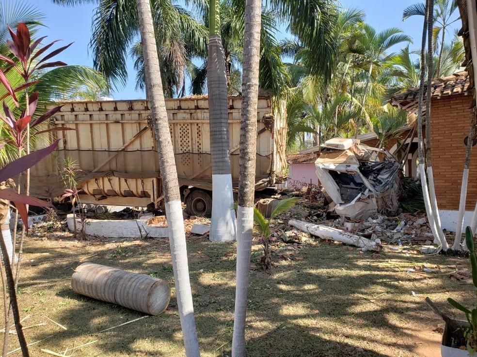Caminhão invadiu hotel fazenda e destruiu parte do prédio (Foto: Vanessa Mauri/TV TEM)