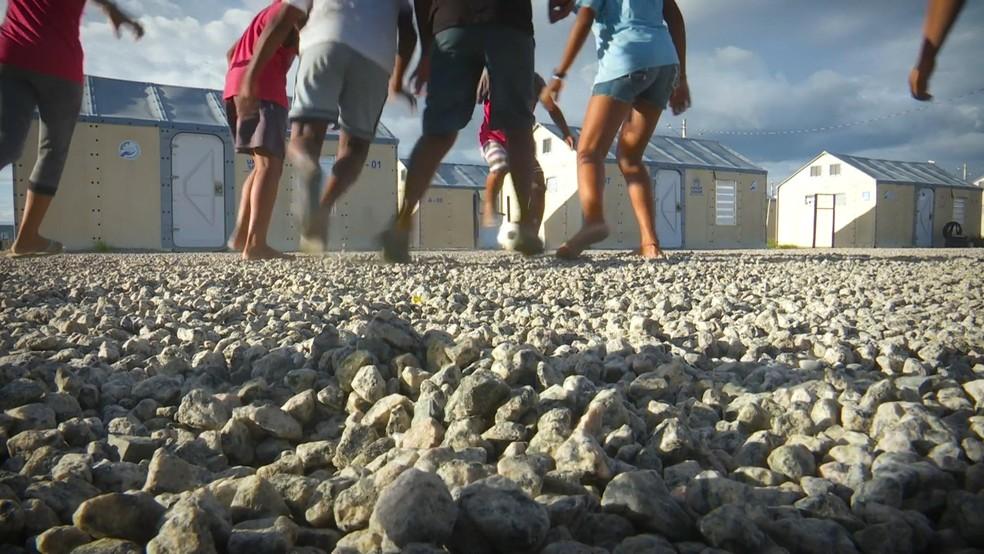 Crianças jogam futebol em abrigo para imigrantes, em Roraima — Foto: Reprodução/Raimesson Martins/Rede Amazônica Roraima