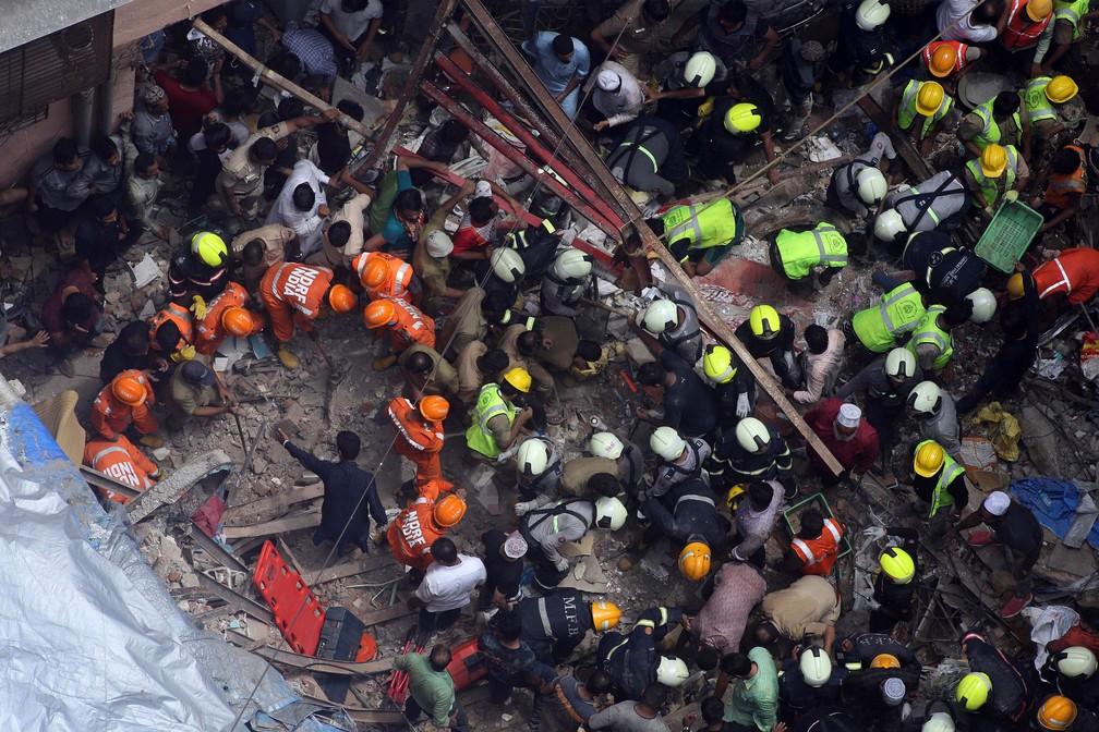 Equipes de resgate fazem buscas após prédio residencial desaba em Mumbai, na Índia, esta terça-feira (16)  — Foto: Rajanish Kakade/ AP