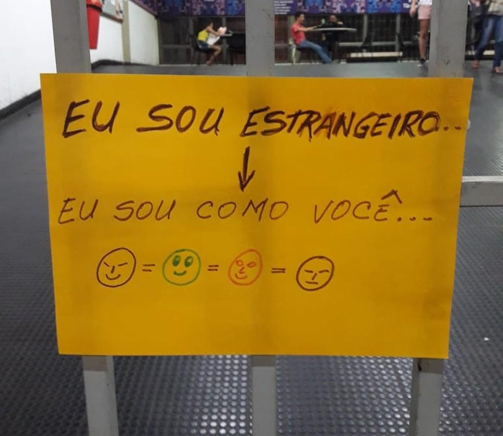 Imigrantes estrangeiros externalizam preconceito em cartazes — Foto: André Souza/G1