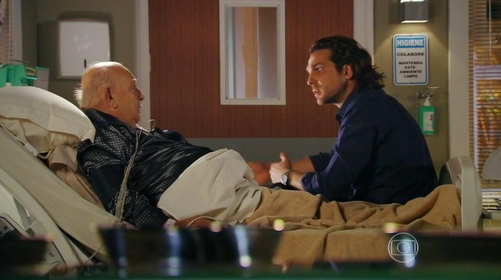 Em 'Flor do Caribe', Dionísio (Sérgio Mamberti) e Alberto (Igor Rickli) planejam acabar com Samuel (Juca de Oliveira) — Foto: Globo