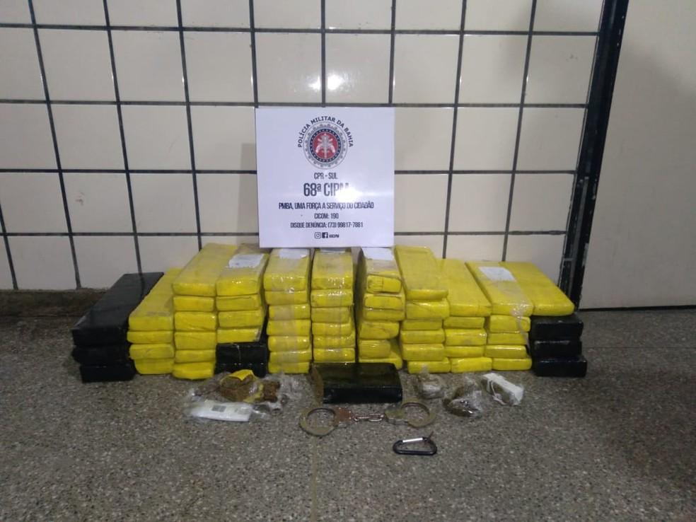 Homem é preso ao ser flagrado com 60 tabletes de maconha em Ilhéus, no sul da Bahia — Foto: Divulgação/Polícia Militar