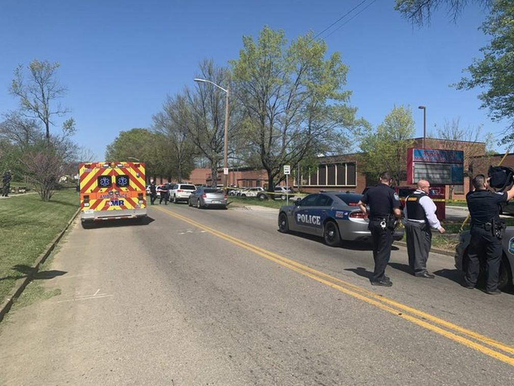 Agentes da polícia de Knoxville, no Tennessee (EUA), em frente a escola após o registro de tiroteio em 12 de abril de 2021 — Foto: Polícia de Knoxville/Reprodução