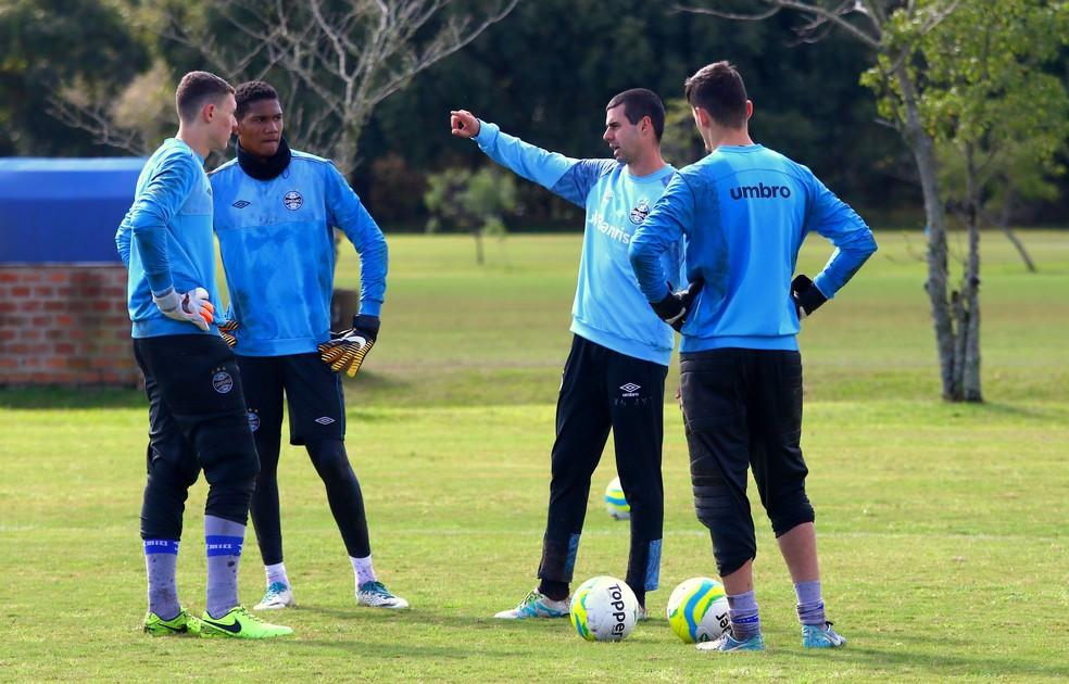 Preparador de goleiros do time sub-17, Mateus Fammer monta cartilha para os goleiros (Foto: Rodrigo Fatturi/Grêmio)