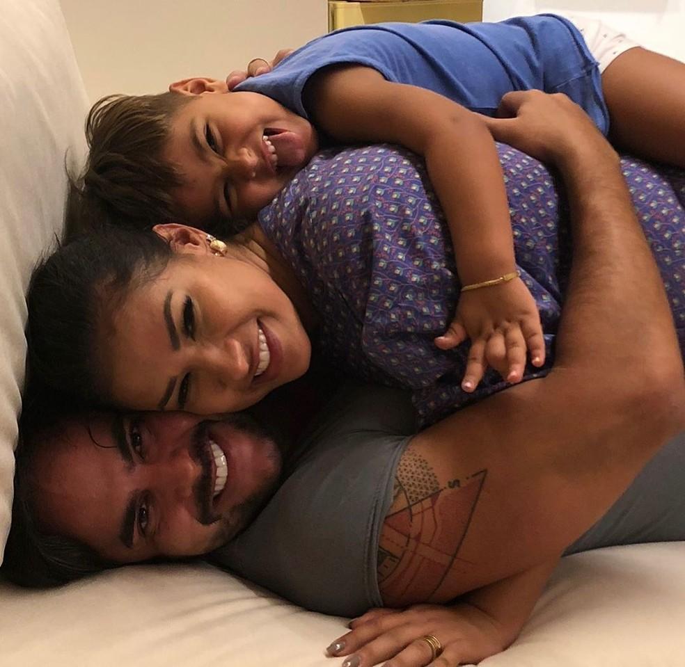 Simone com o marido e o filho — Foto: Reprodução/Instagram