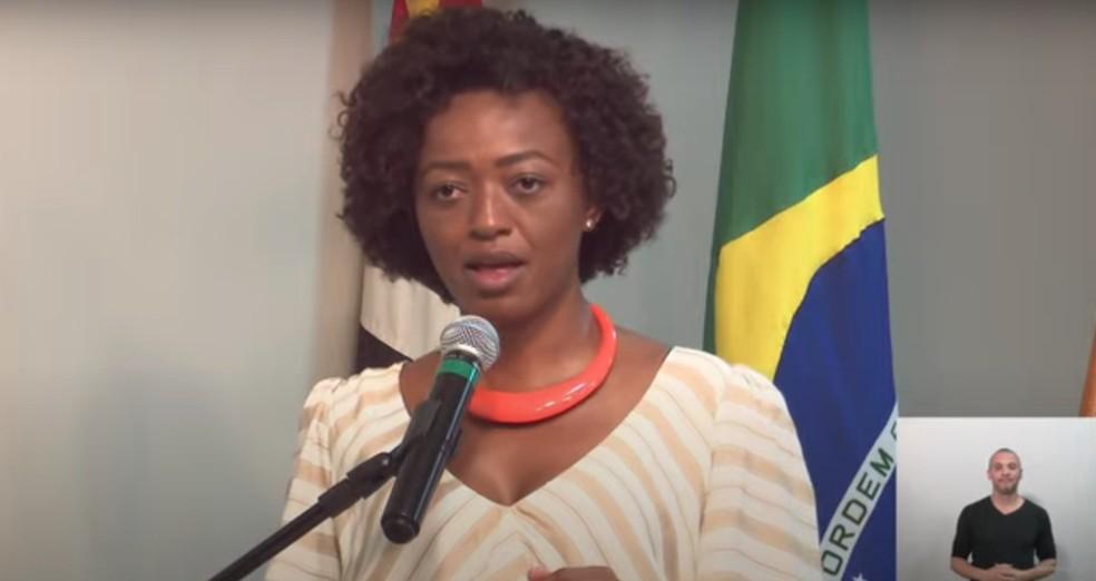 A nova secretária de Cultura da cidade de São Paulo, Aline Torres, chora ao tomar posse neste segunda-feira (30).  — Foto: Reprodução/Youtube