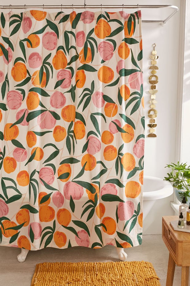 Décor do dia: banheiro colorido com estampa de pêssegos (Foto: Divulgação)