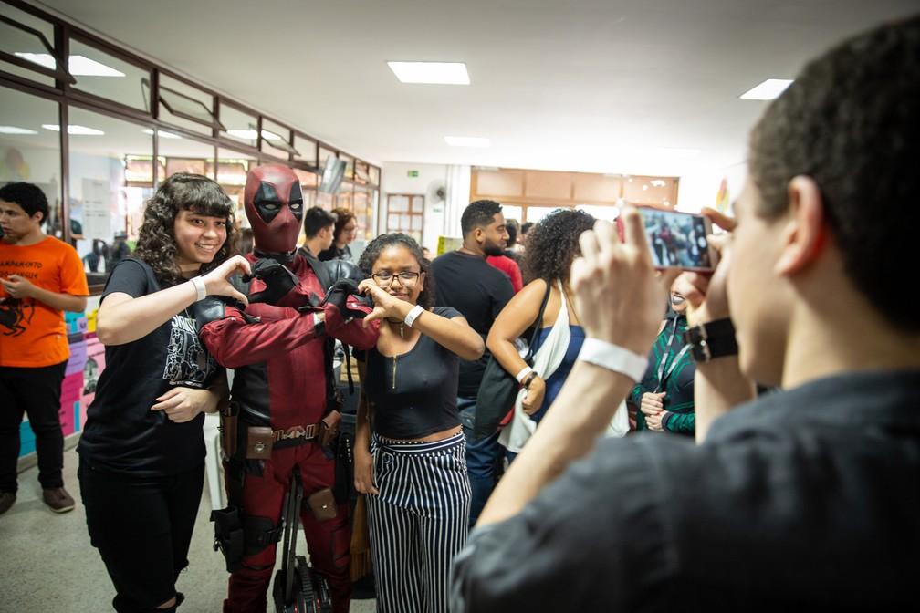 Jovens fazem foto com cosplay de Deadpool na PerifaCon — Foto: Fábio Tito/G1