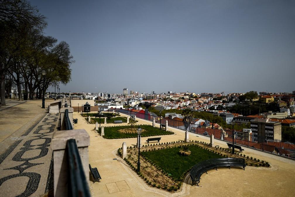 LISBOA (Portugal) - O local turístico de São Pedro de Alcântara é visto vazio em Lisboa, Portugal, na quinta-feira (19), o primeiro dia de um estado de emergência declarado pelo governo para lidar com o novo coronavírus — Foto:  Patrícia de Melo Moreira/AFP