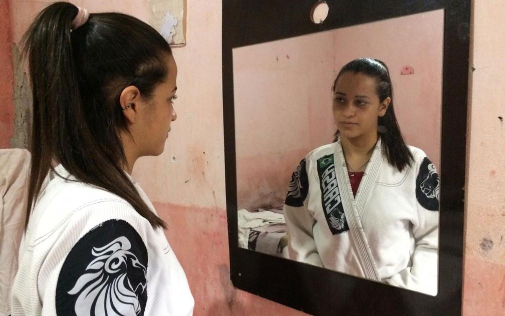 A estudante Rhyllary Barbosa dos Santos, 15 anos, pratica jiu-jítsu — Foto: Glauco Araújo/G1