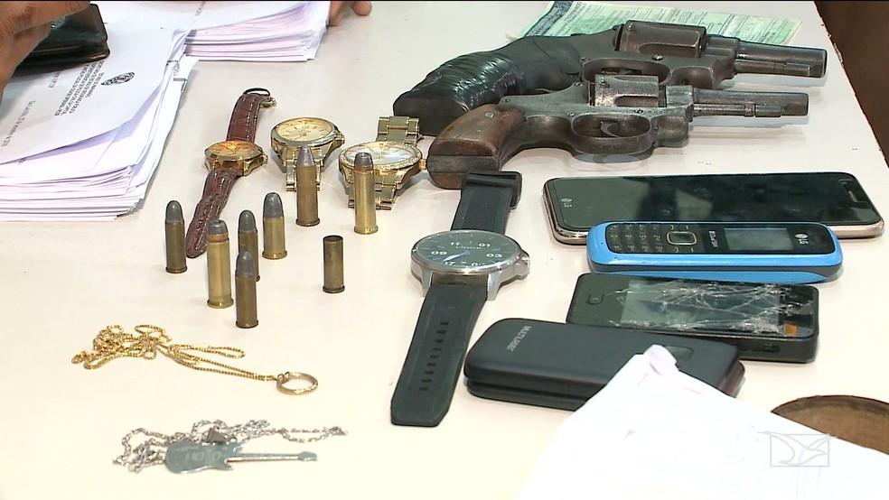 Armas e celulares apreendidos com o grupo preso por assalto a carro em São Luís — Foto: Reprodução/TV Mirante