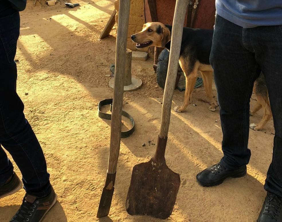 Pá e escavador usados para ocultar o corpo da vítima estavam sendo usados normalmente pela família do suspeito — Foto: Divulgação/Polícia Civil