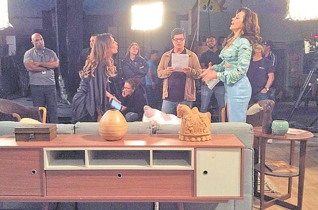 """O ator Flávio Tolezani fotografou Marcelo Zambelli dirigindo uma cena de """"Verão 90"""" com Dira Paes e Claudia Raia (Foto:  Flávio Tolezani )"""
