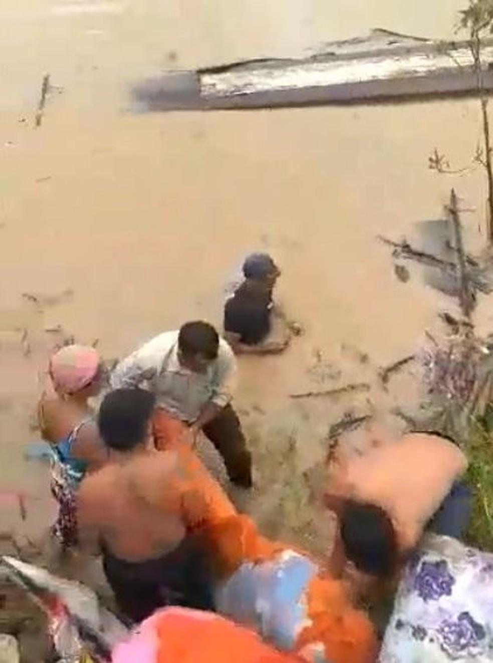 Barco com seis pessoas dentro virou e bombeiro salvou as vítimas sozinho no Acre — Foto: Corpo de Bombeiros do Acre/Divulgação
