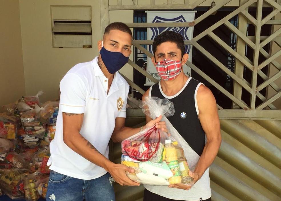 Hélio participou da entrega dos alimentos na Vila da Barca — Foto: Divulgação/Remo