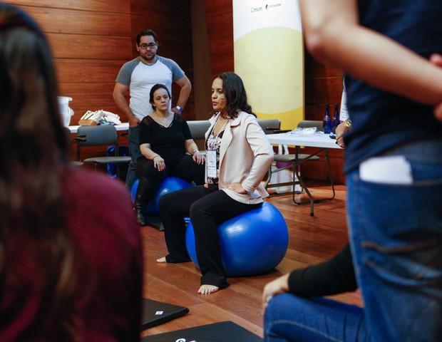 A fisioterapeuta obstétrica Vanessa Marques usou bolas para dar exemplos de exercícios que preparam para o parto (Foto: Ricardo Cardoso)