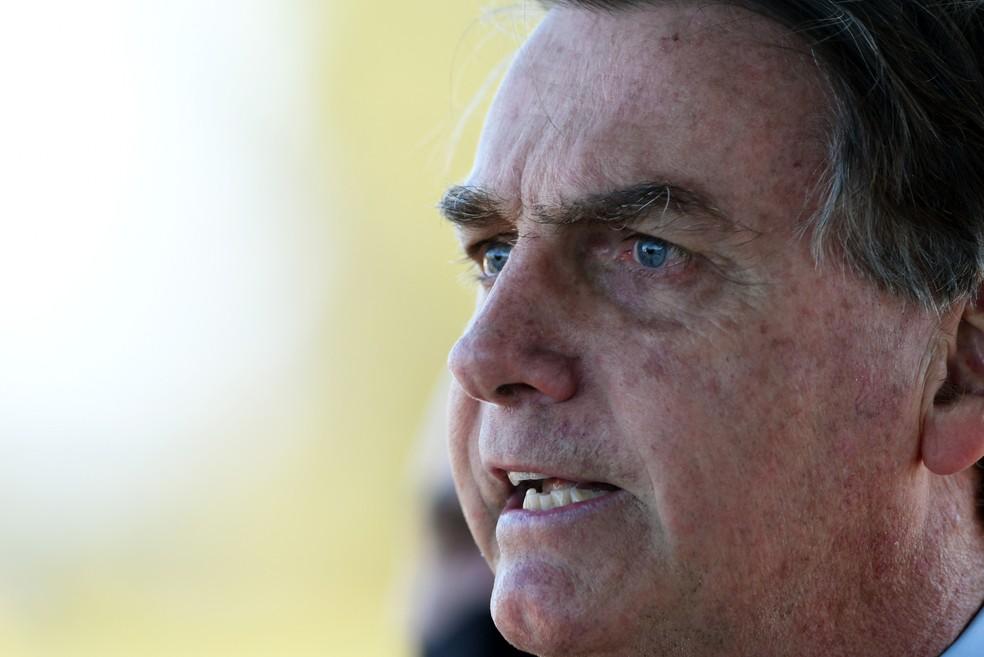 O presidente da República, Jair Bolsonaro (sem partido), fala com simpatizantes e imprensa em frente ao Palácio da Alvorada, em Brasília, nesta quinta-feira, 28. — Foto: EDU ANDRADE/FATOPRESS/ESTADÃO CONTEÚDO