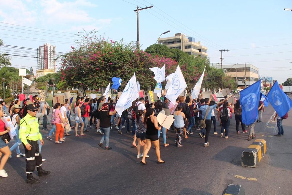 MANAUS, 16h44: Manifestantes caminharam pelo Centro de Manaus durante ato — Foto: Rickardo Marques/G1 AM