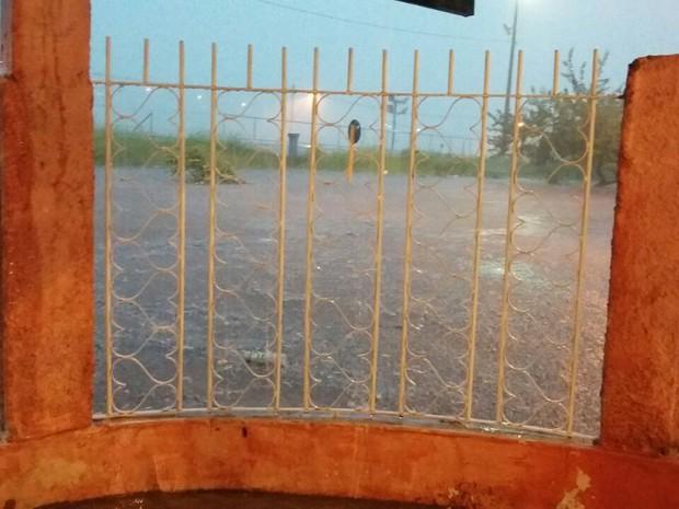 Rua ao lado do sambódromo ficou alagada (Foto: Carmen Lígia Rocha/Arquivo Pessoal)