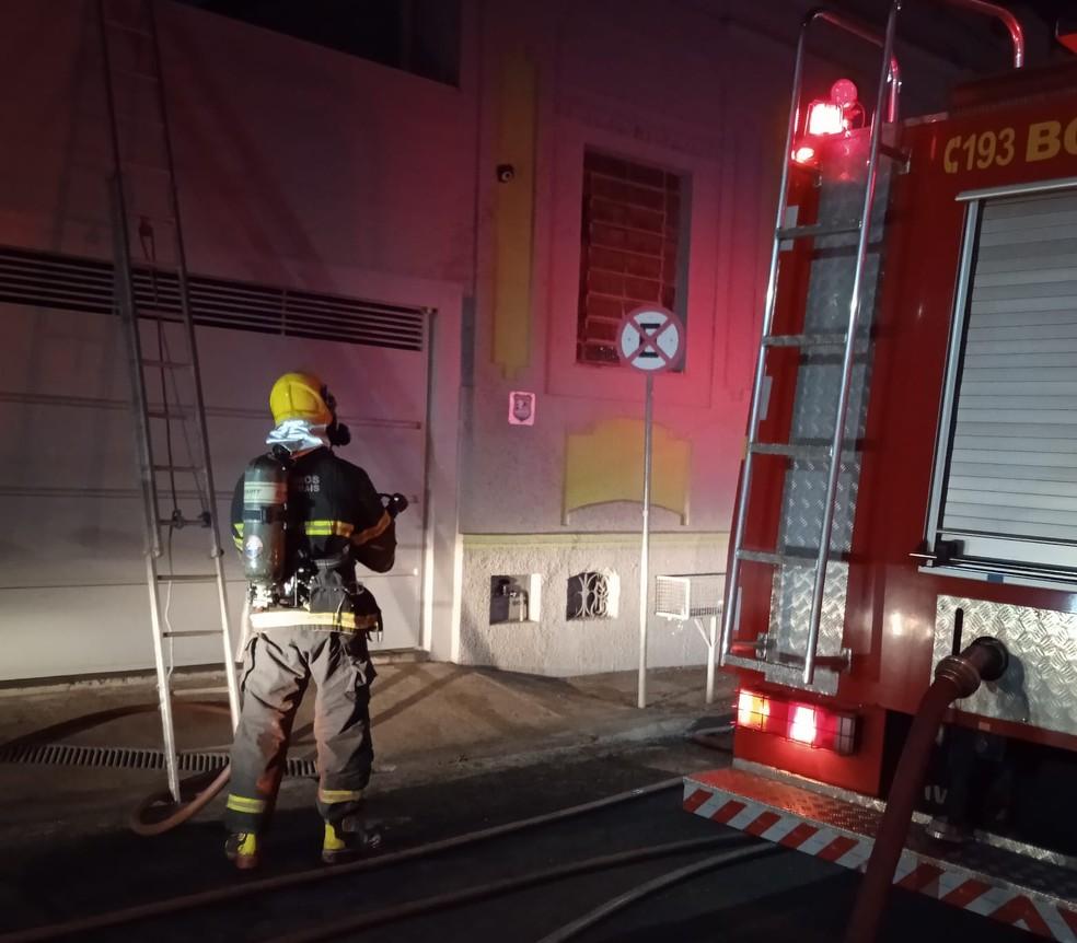 Bombeiros usaram 6 mil litros de água para apagar as chamas e fizeram rescaldo no local — Foto: Corpo de Bombeiros/Divulgação
