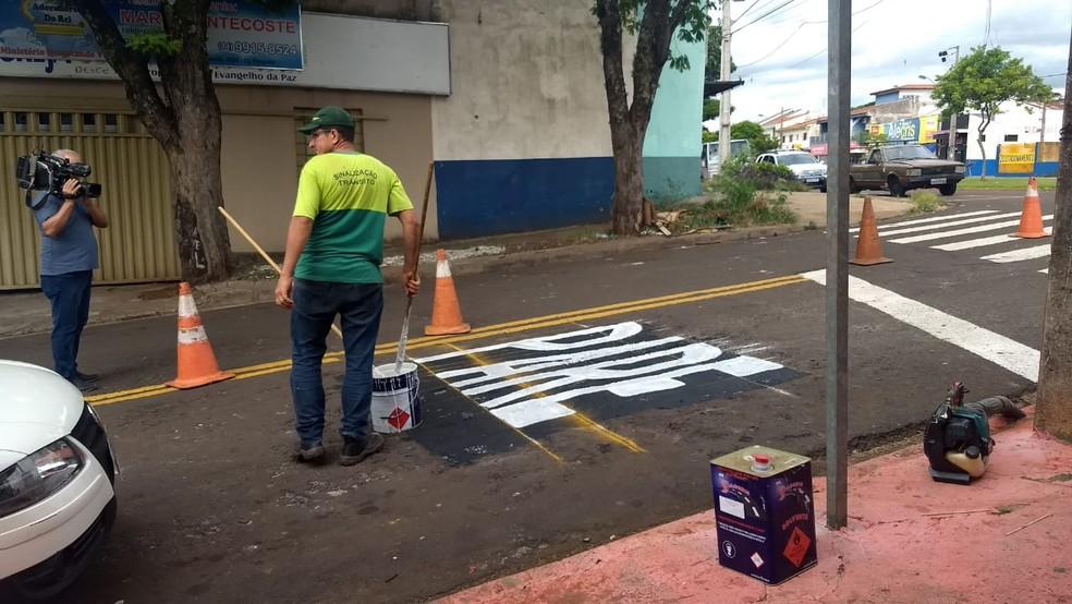 Equipe da Semob refez a pintura em cruzamento de Maringá após erro de grafia — Foto: Solange Riuzim/RPC