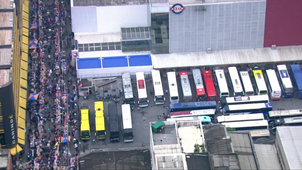 Ônibus vindos de outras regiões do estado e de fora de SP para fazer compras no local  — Foto: Reprodução/TV Globo