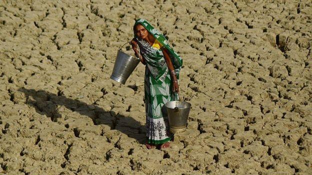 """Algumas mulheres se recusam a beber água, colocando a saúde em risco, considerando que ir """"ao banheiro"""" pode representar uma ameaça maior.  (Foto: Getty Images via BBC)"""