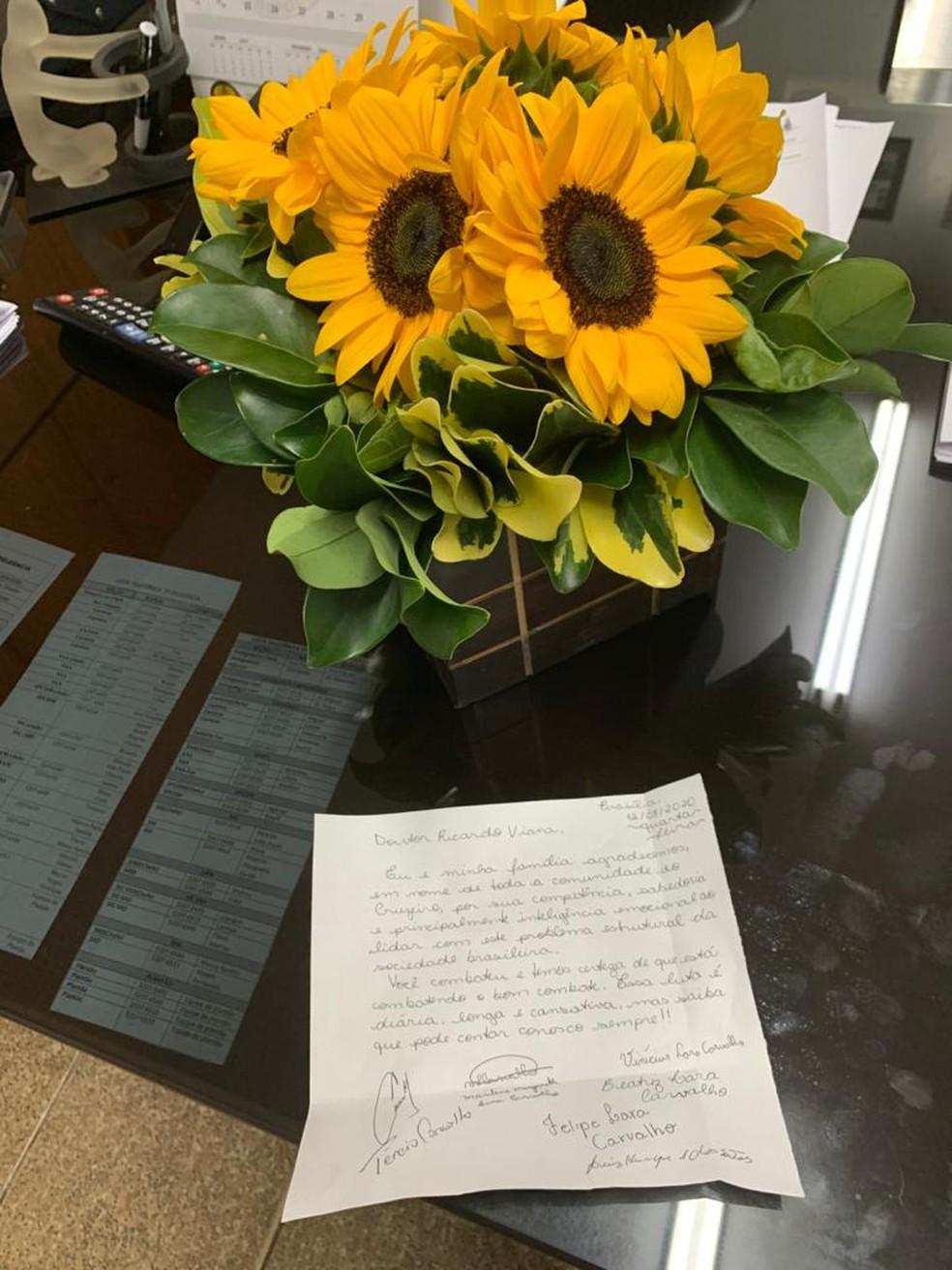 carta e flores recebidas pelo delegado Ricardo Viana após ataques racistas — Foto: Ricardo Viana/Arquivo pessoal