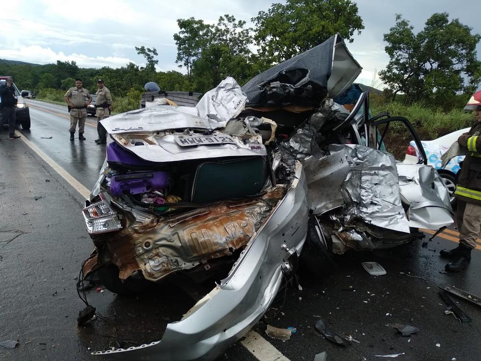 Carro em que as vítimas estavam ficou destruído — Foto: Divulgação/Corpo de Bombeiros