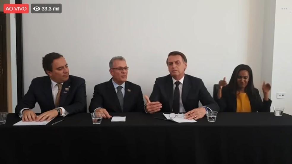 O presidente Jair Bolsonaro, durante uma transmissão ao vivo em uma rede social nesta quinta-feira (16) — Foto: Reprodução