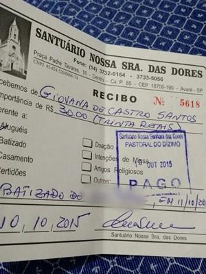 Família apresentou neste sábado recibo de pagamento da taxa de batismo (Foto: Arquivo Pessoal / Giovana de Castro Santos)