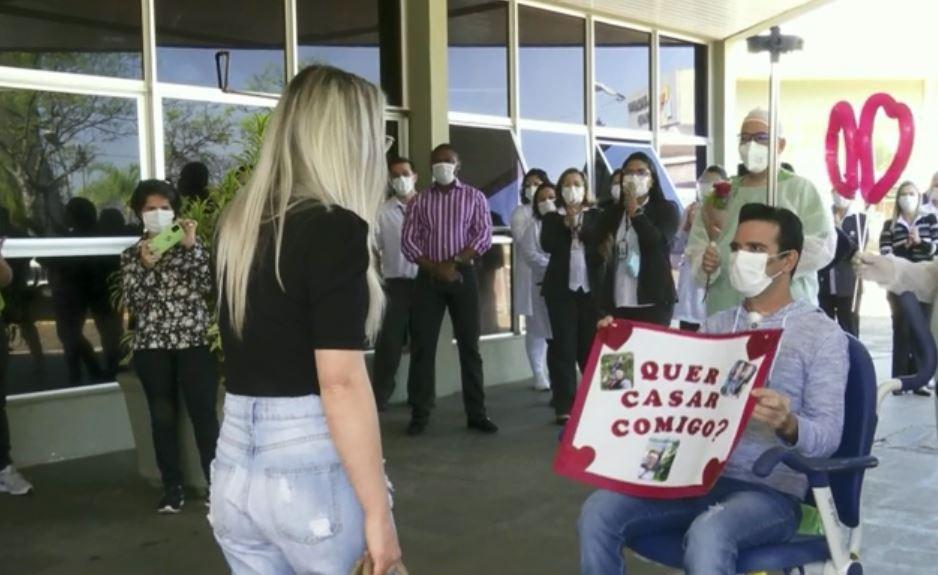 Paciente se recupera da Covid e pede namorada em casamento ao receber alta, em Foz do Iguaçu