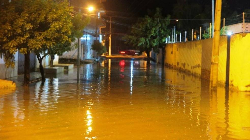 As ruas vizinhas também alagaram com a chuva de aproximadamente 20 minutos. — Foto: Alex Pimentel/Agência Diário