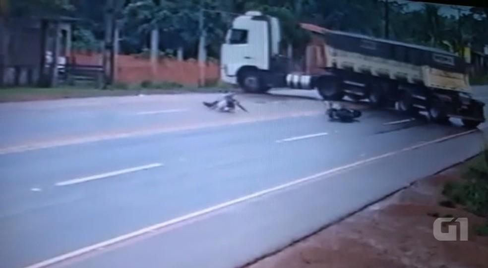 Motociclista sobrevive após passar embaixo de carreta que fez manobra arriscada no AC — Foto: Reprodução