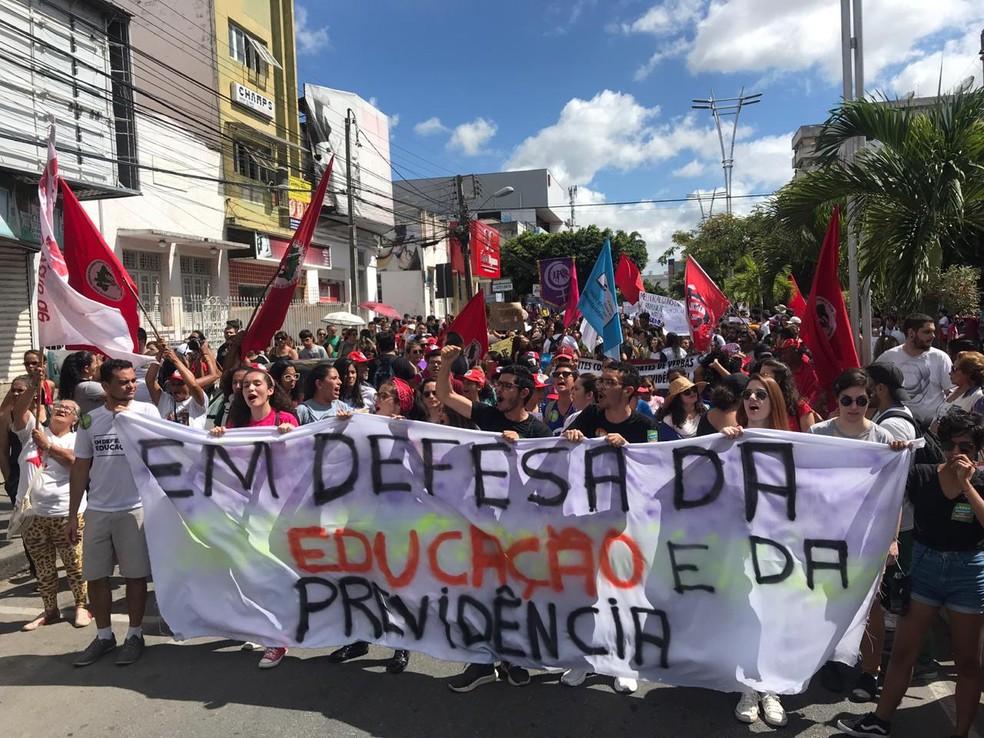 Protesto contra o bloqueio de verbas na educação e a reforma da Previdência, em Caruaru — Foto: Anderson Melo/TV Asa Branca