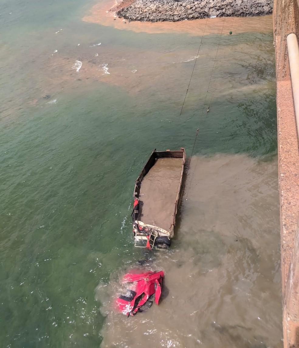 Carreta é retirada de Represa de Chavantes, em Fartura (SP) — Foto: Polícia Militar Rodoviária/Divulgação
