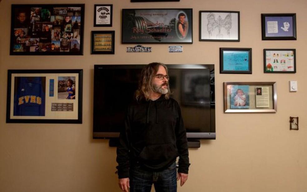 Steve Schaeffer tem um santuário para seu filho em seu apartamento  — Foto: Arquivo pessoal/BBC