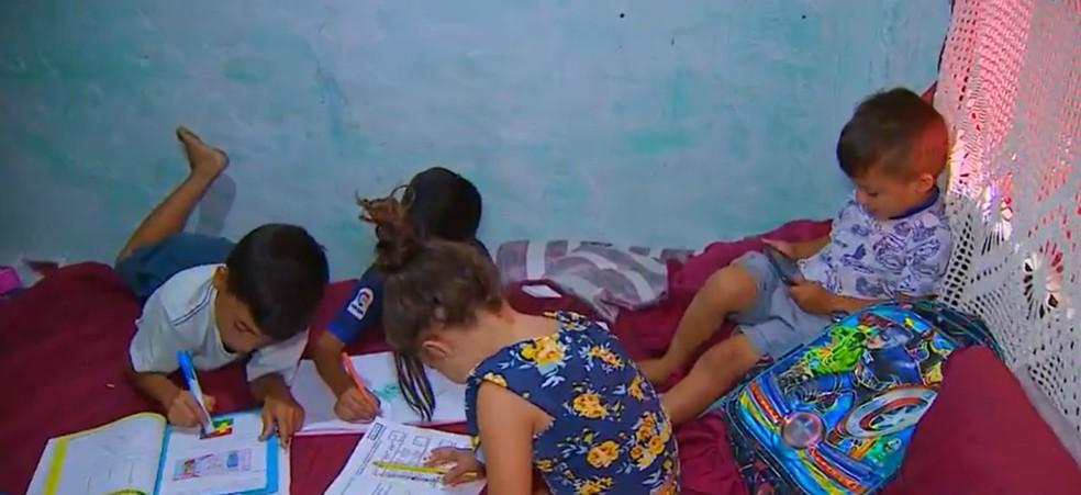 Hidêque Souza estudando com os irmãos — Foto: André Bias/TV Vanguarda