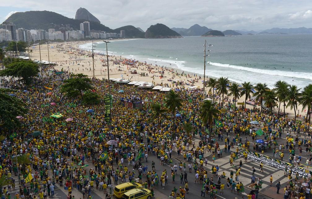 27 de maio - Manifestação a favor do governo Bolsonaro em Copacabana, no Rio de Janeiro — Foto: Lucas Landau/Reuters