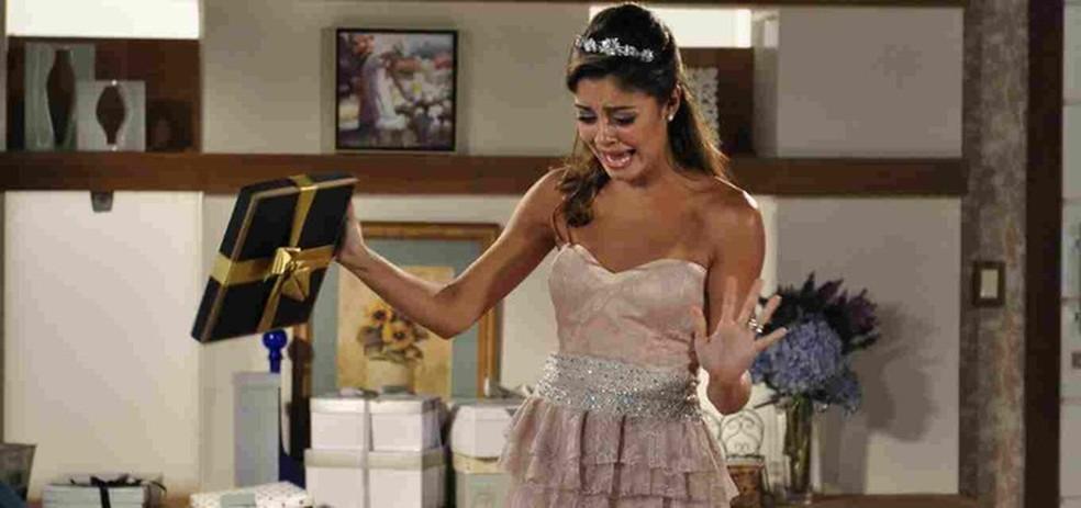Amália recebe se assusta ao receber rato morto de presente em 'Fina Estampa' — Foto: Globo