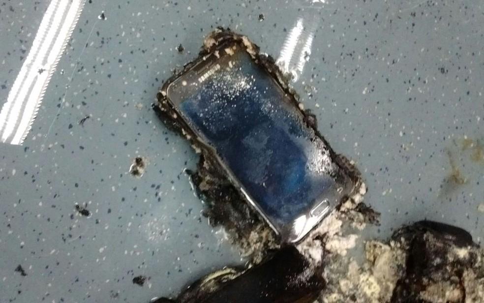 Celular encontrado em mochila que pegou fogo em trem (Foto: Arquivo pessoal)