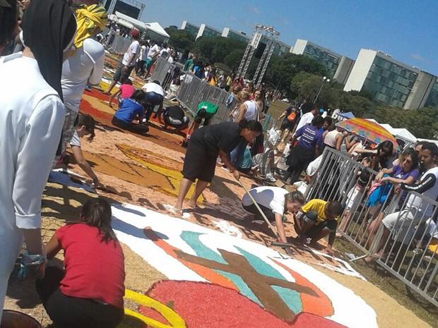 Fiéis montam tapete em comemoração a Corpus Christi, no DF (Foto: Polícia Militar/Divulgação)