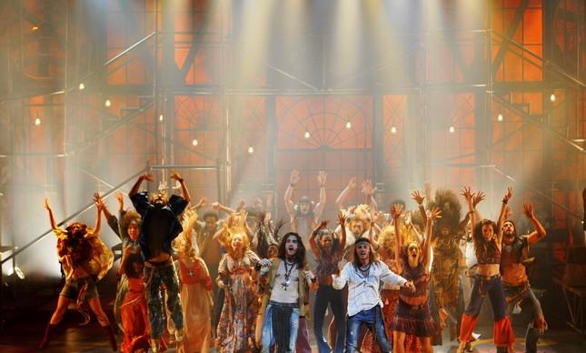 Elenco do musical 'Hair' no Teatro Oi Casa Grande, em 2010