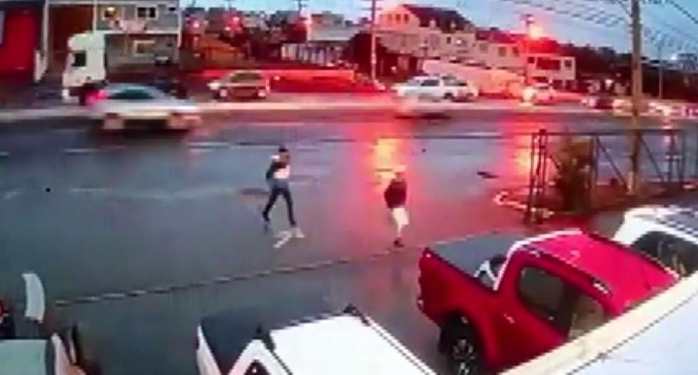 Câmeras de segurança flagraram momento em que suspeitos de latrocínio abordam vítima, em São José dos Pinhais — Foto: Reprodução/RPC