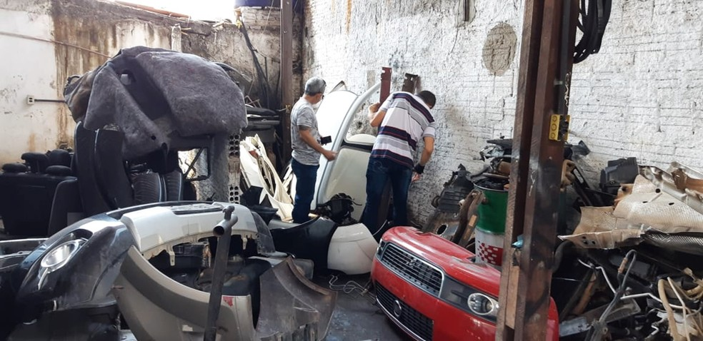 Peças de pelo menos cinco veículos roubados ou furtados foram encontradas dentro da oficina  — Foto: Polícia Civil do RN/Divulgação